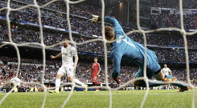 Karim Benzema (vlevo) z Realu překonává Manuela Neuera v brance Bayernu.