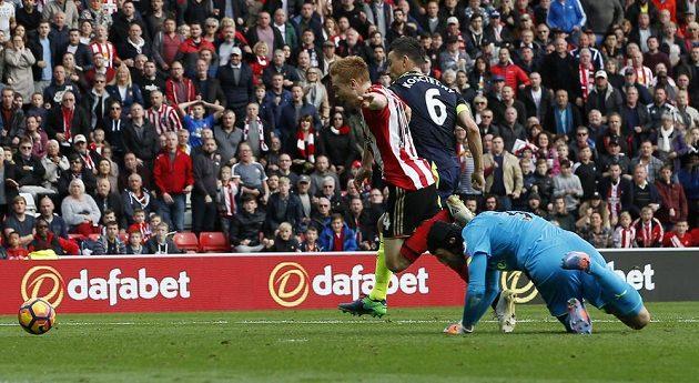Brankář Arsenalu Petr Čech fauluje ve vápně Duncana Watmora.