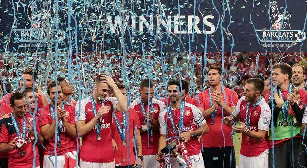Fotbalisté Arsenalu oslavují triumf na turnaji v Singapuru. Brankář Petr Čech je úplně vpravo.