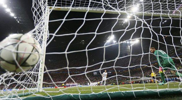 Fotbalista Lucas Vazquéz z Realu Madrid proměňuje pokutový kop v rozstřelu Ligy mistrů proti Atlétiku Madrid.