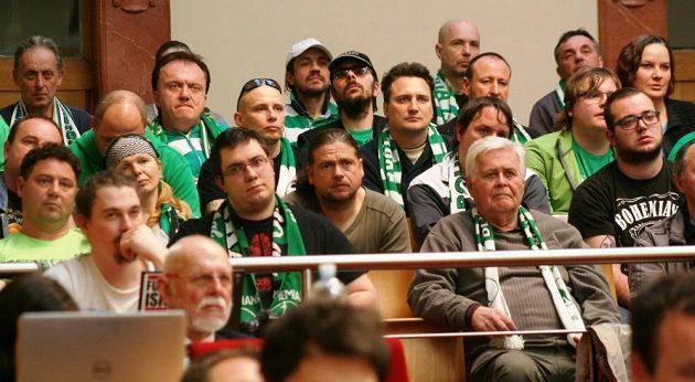 Fanoušci fotbalistů Bohemians 1905 na magistrátu při jednání o stadiónu ve Vršovicích.