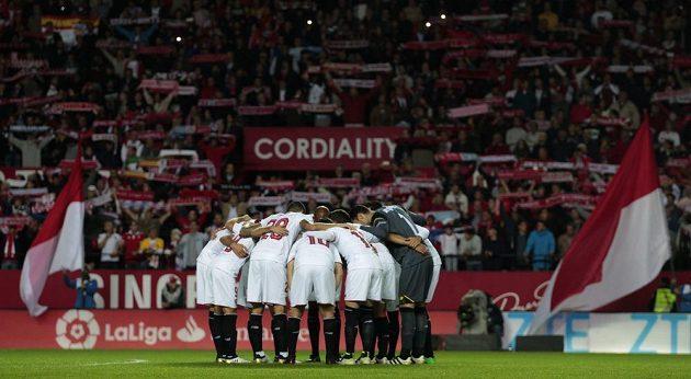 Fotbalisté Sevilly před zápasem.