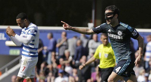 Jediný střelecký pokus vyslali fotbalisté Chelsea na hřišti Queens Park Rangers, hrdinou Blues se stal Cesc Fábregas (vpravo).