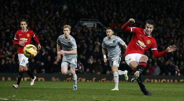 Útočník Manchesteru United Robin van Persie proměňuje penaltu v duelu s Burnley v zápase 25. kola Premier League.