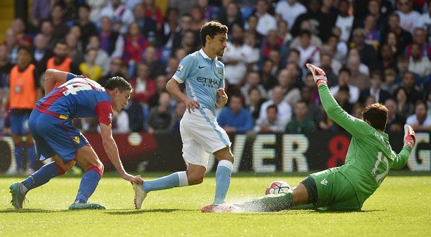 Gólman Crystal Palace Alex McCarthy sice Jesuse Navase nezastavil, avšak španělský záložník Manchesteru City poté netrefil odkrytou branku.