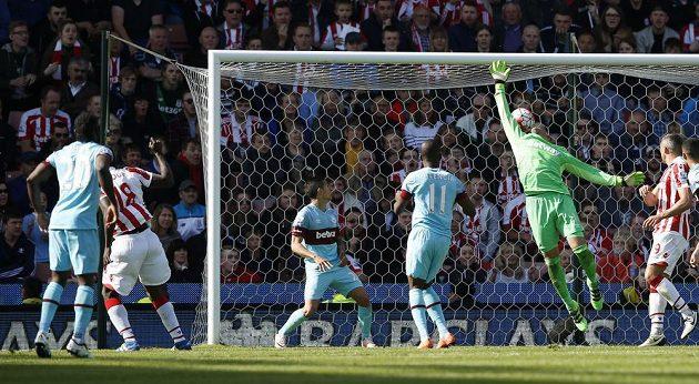 Senegalský útočník Mame Diouf (druhý zleva) střílí v samém závěru gól proti West Hamu a rozhoduje o vítězství Stoke.