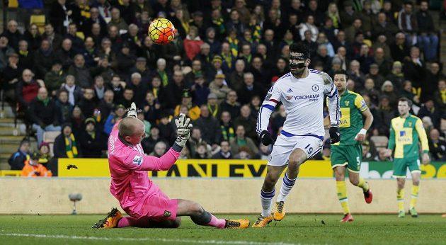 Diego Costa střílí druhý gól Chelsea na půdě Norwiche.
