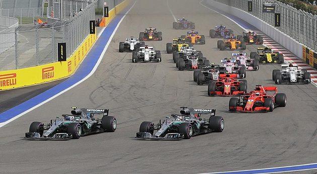 Start Velké ceny Ruska. V popředí oba vozy Mercedesu Valterri Bottas a Lewis Hamilton.