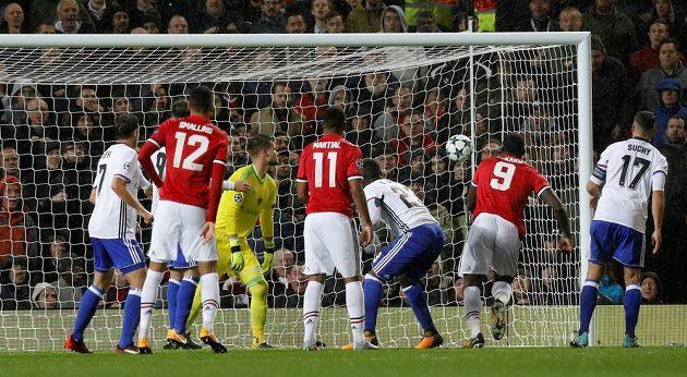 Romelu Lukaku z Manchesteru United dává gól proti Basileji, v jejíž bráně přihlíží Tomáš Vaclík.