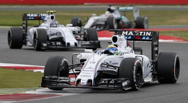 Brazilec Felipe Massa v čele Velké ceny Velké Británie. Druhý jeho stájový kolega ze stáje Williams Valtteri Bottas.