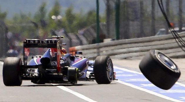 Špatně upevněná pravá zadní pneumatika na voze Marka Webbera míří nekontrolovaně směrem k boxům.