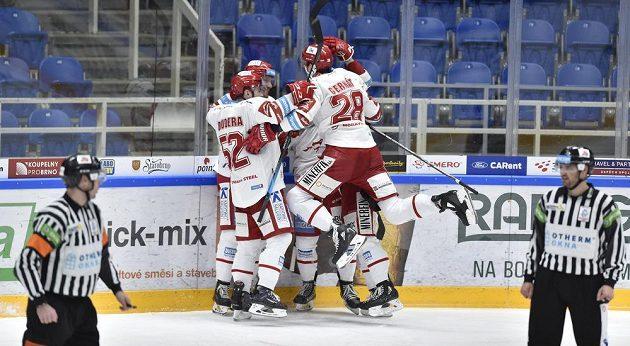 Radost hokejistů Třince po vstřelené brance.