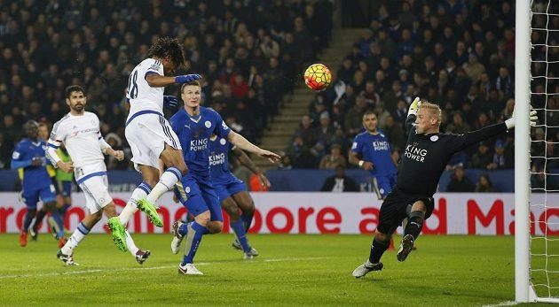 Loïc Rémy z Chelsea (č. 18) překonává hlavou brankáře Leicesteru Kaspera Schmeichela v dohrávce 16. kola Premier League.