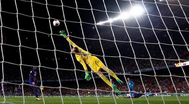 Cristiano Ronaldo překonává brankáře Barcelony Marca-André ter Stegena.
