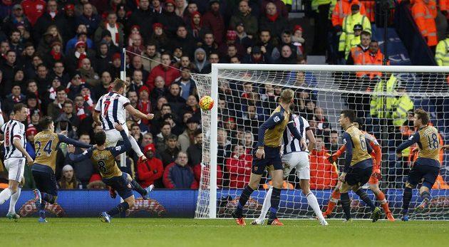 Záložník West Bromwiche James Morrison (vlevo s číslem 7) střílí vyrovnávací gól do sítě Arsenalu.