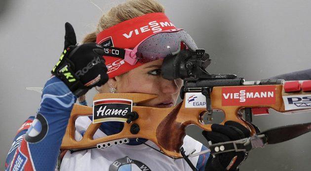 Česká biatlonistka Gabriela Soukalová se chystá ke střelbě vestoje.