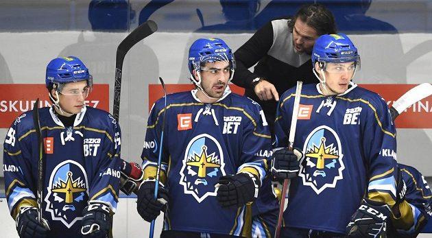Jaromír Jágr dává rady jednomu z kladenských hokejistů.