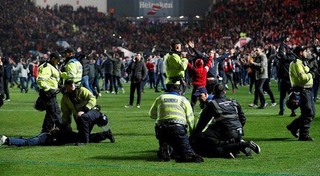 Po závěrečném hvizdu vběhli na trávník fanoušci a radovali se z postupu.