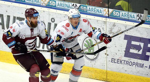 Vlevo Adam Polášek ze Sparty Praha, vpravo chomutovský Marek Tomica.