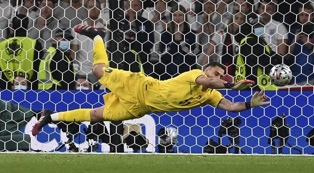 Italský brankář Gianluigi Donnarumma vyráží penaltový pokus Angličana Jadona Sancha.