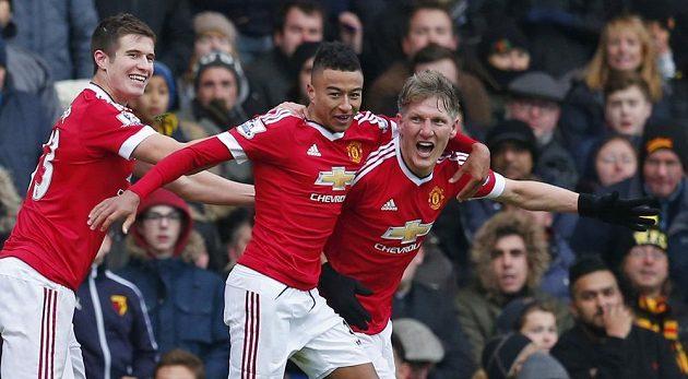 Záložník Manchesteru United Bastian Schweinsteiger (zcela vpravo) slaví se spoluhráči gól na hřišti Watfordu v utkání 13. kola Premier League.
