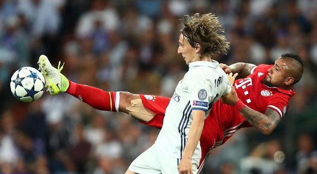Arturo Vidal z Bayernu (vzadu) se snaží přetlačit Luku Modriče z Realu.