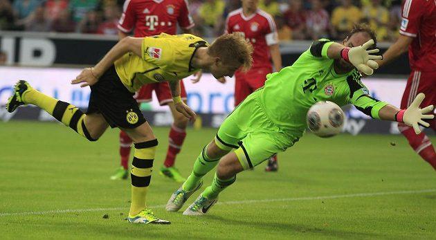 Dortmundský Marco Reus otevřel skóre utkání německého Superpoháru. Brankář Bayernu Mnichov Tom Starke zasáhnout nestačil.