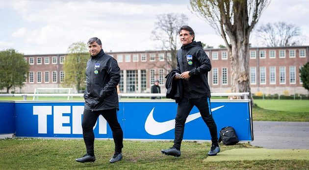 Nový trenér bundesligového týmu Hertha BSC Bruno Labbadia a jeho asuistent Eddy Soezer během tréninku.