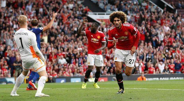 Marouane Fellaini slaví druhý gól Manchesteru United v utkání s Leicesterem v Premier League. United slaví tři body po výhře 2:0.