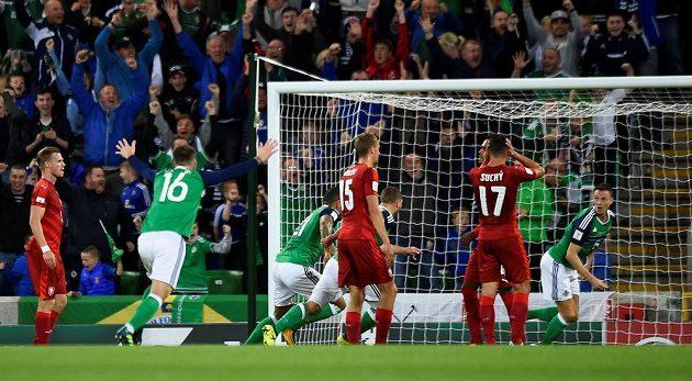 Fotbalista Severního Irska Jonny Evans slaví gól v síti českého týmu v utkání kvalifikace o postup na MS 2018.