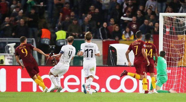 Edin Džeko (vlevo) z AS Řím dává svůj druhý gól proti Plzni.