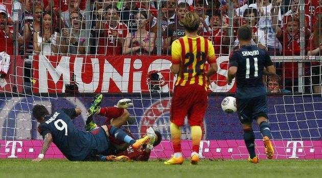 Mario Mandžukič (9) překonává bezmocného brankáře Barcelony Olazábala.