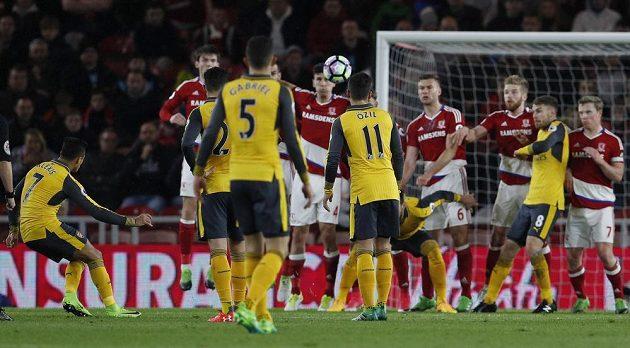 Alexis Sánchez z Arsenalu dává gól z přímého kopu.