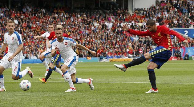 Poplach! Pálí španělský útočník Alvaro Morata.
