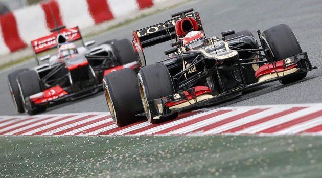 Romain Grosjean (vpravo) s lotusem pronásledován Jensonem Buttonem ze stáje McLaren.