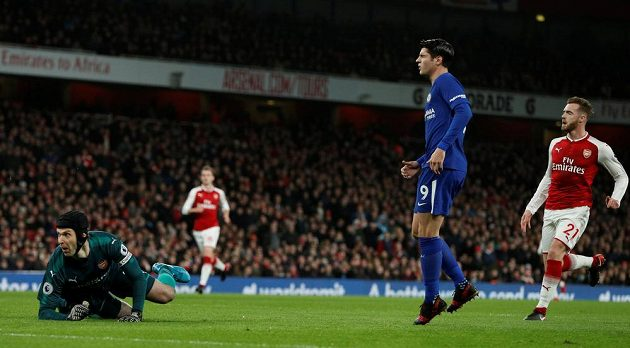 Útočník Chelsea Álvaro Morata na Petra Čecha v brance Arsenalu nevyzrál.
