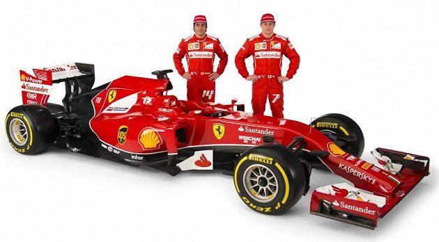 Jezdci Ferrari Fernando Alonso (vlevo) a Kimi Räikkönen s vozem F14 T.