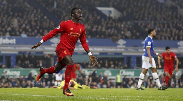 Sadio Mané z Liverpoolu slaví gól na hřišti Evertonu.