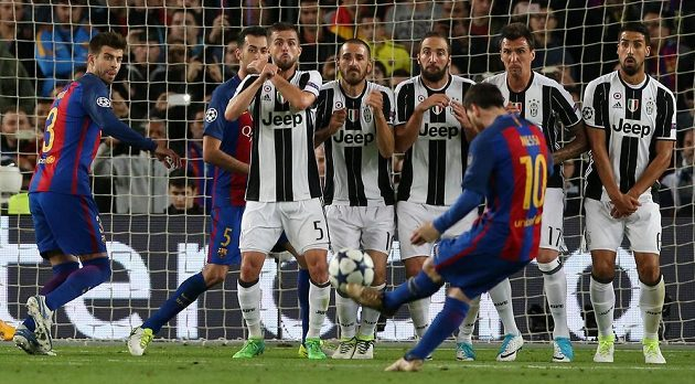Barcelonský Lionel Messi zkoušel v odvetě čtvrtfinále Ligy msitrů s Juventusem štěstí z trestného kopu, ale neúspěšně.