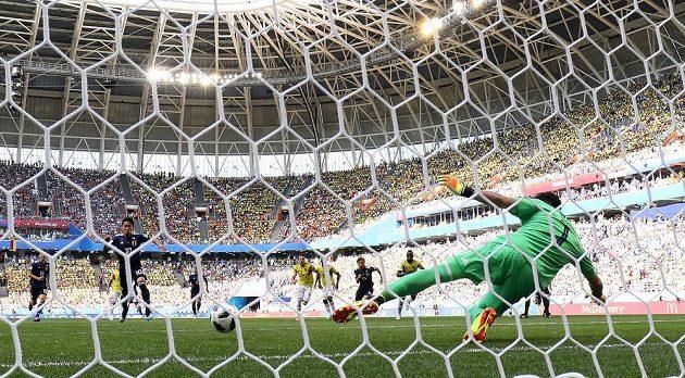 Šindži Kagawa proměňuje penaltu a posílá Japonsko do vedení 1:0.