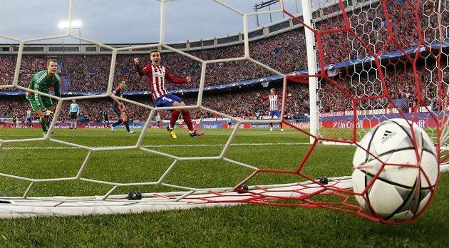 Antoine Griezmann jásá poté, co Saúl Níguez (není na snímku) poslal míč do brány Bayernu. Vlevo mnichovský gólman Manuel Neuer.