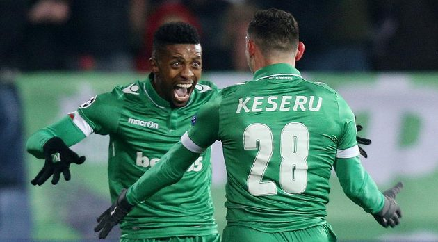 Claudiu Keserü a Janathan Cafú oslavují gól proti Arsenalu.