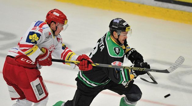 Útočník Třince Adam Rufer (vlevo) se snaží zastavit útočníka Boleslavi Michala Bártu.
