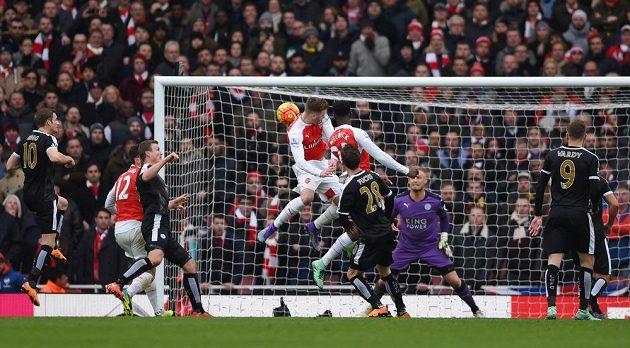Útočník Arsenalu Danny Welbeck (23) střílí rozhodující gól do sítě Leicesteru v zápasu 26. kola anglické Premier League.