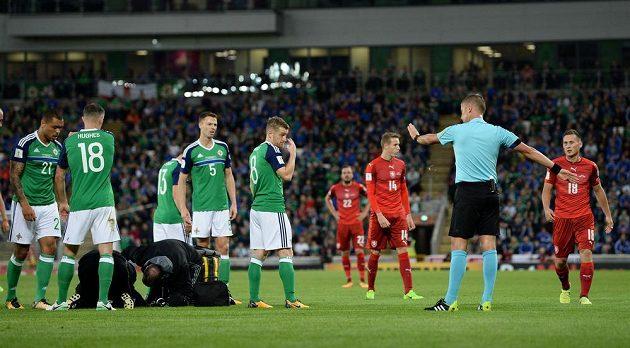 Fotbalista Severního Irska Conor McLaughlin musel být po souboji s českým reprezentantem Janem Bořilem během utkání kvalifikace o postup na MS 2018 ošetřován.