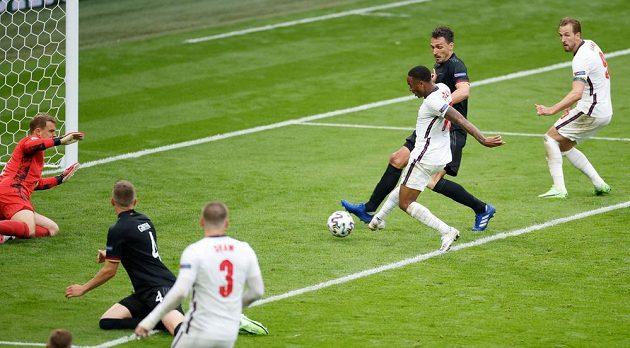 Angličan Raheem Sterling skóruje proti Německu.
