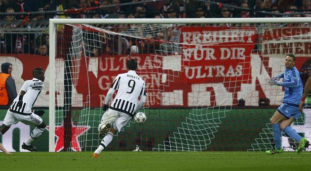 Fotbalista Juventusu Paul Pogba (vlevo) dává gól do sítě Bayernu v mnichovské odvetě osmifinále Ligy mistrů.