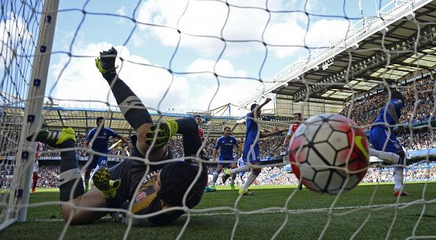 Fotbalista Chelsea Eden Hazard překonal brankáře Arsenalu Petra Čecha.