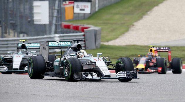 Brit Lewis Hamilton ze stáje Mercedes v čele Velké ceny Spojených států.