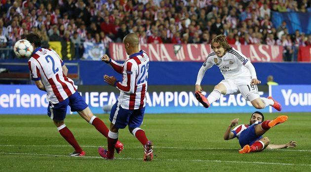 Luka Modrič z Realu pálí na branku Atlétika Madrid.